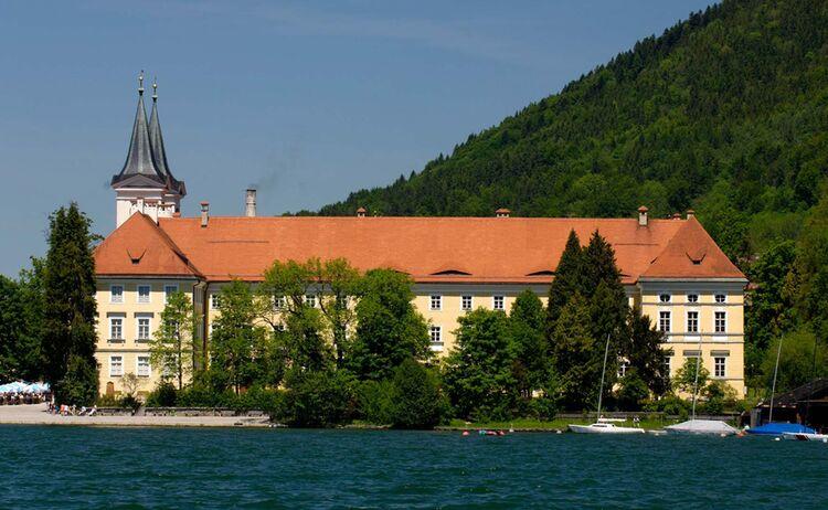 Ats Kloster Tegernsee Mit Braeustueberl Copyright Tegernseer Tal Tourismus Web
